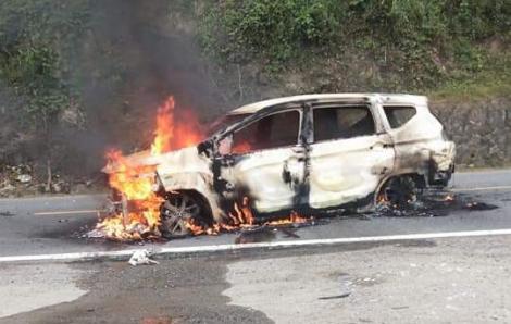 Ô tô đang chạy bỗng phát nổ, hai người tử vong ngay trong xe