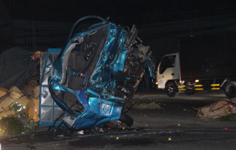 Xe khách tông nát đầu xe tải rồi lao vào nhà dân, 6 người thương vong