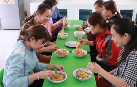 Cô giáo mầm non ăn mì tôm trực trường phòng chống nCoV