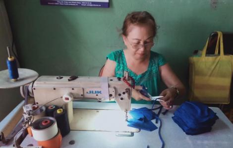 Tự nguyện mua khẩu trang tặng người dân chống dịch