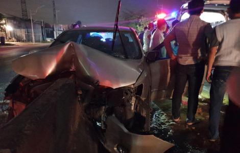 Ô tô du lịch cắm chặt vào dải phân cách, tài xế chết kẹt bên trong xe