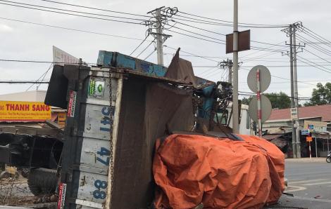 Tông xe du lịch, xe tải leo dải phân cách, hai cuộn tôn nặng hàng chục tấn rơi xuống đường