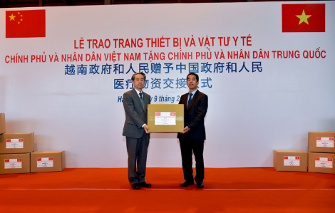 Việt Nam trao tặng vật tư y tế cho Trung Quốc kết hợp đón công dân về nước