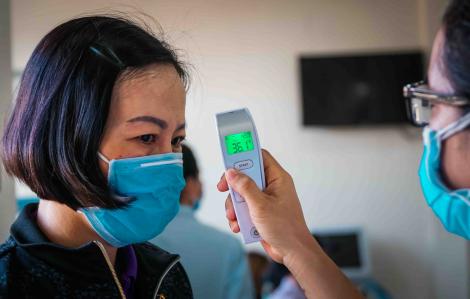 UBND quận Bình Tân đo thân nhiệt cho người dân trước khi tiếp nhận hồ sơ