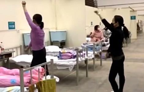 Clip: Bệnh nhân nhiễm corona lạc quan nhảy múa tại bệnh viện dã chiến Vũ Hán