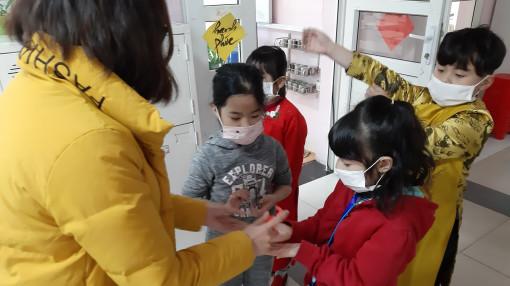 Học sinh đi học lại áp lực lên nhà trường và giáo viên