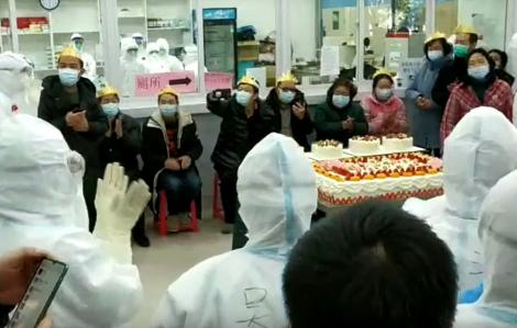 Clip: Tiệc sinh nhật đặc biệt dành cho bệnh nhân COVID-19 tại Vũ Hán