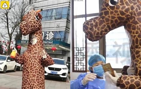 Thời trang 'bất đắc dĩ' của cô gái Trung Quốc khi đến bệnh viện lấy thuốc giữa mùa dịch COVID-19