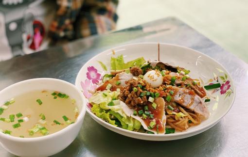 Độc lạ món hủ tiếu đựng bằng đĩa khiến người Sài Gòn mê mẩn