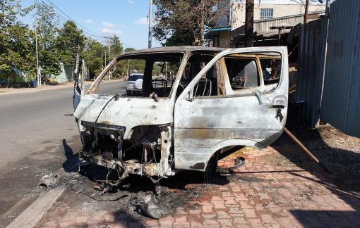 Ô tô bốc cháy rồi trôi tự do trên đường, 2 người thoát chết