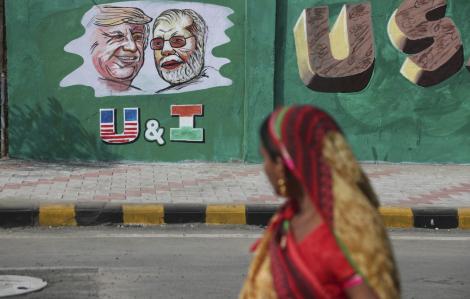 Ấn Độ vội vã xây tường che khu ổ chuột trước chuyến thăm của Tổng thống Mỹ