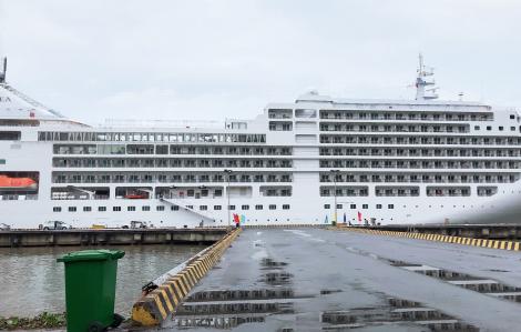 Hơn 600 hành khách trên hai du thuyền Bahamas cập cảng Huế - Đà Nẵng - TPHCM