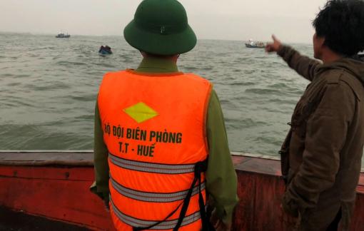 Cứu nạn thành công 11 thuyền viên trên tàu cá bị mắc cạn