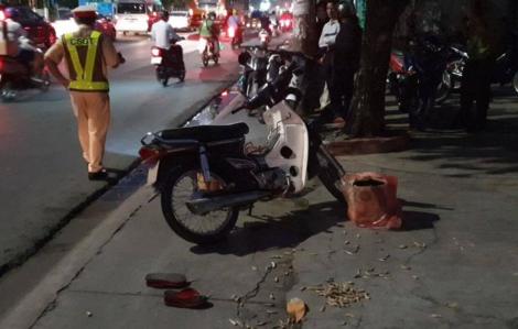 Ngồi trên vỉa hè đón xe khách, cụ bà bị xe máy tông chết