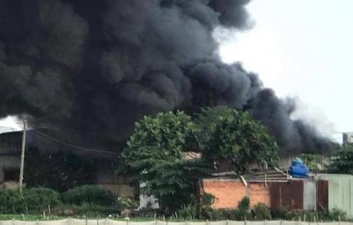 Cháy lớn ở Bình Tân, cột khói cao hàng trăm mét