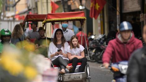 Khách du lịch quốc tế bỏ khẩu trang, dạo bước trên đường phố Hà Nội