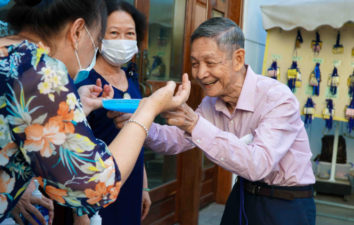 Người dân đi lễ bất ngờ được tặng khẩu trang và nước rửa tay