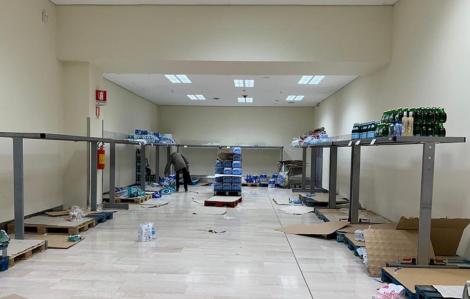 Người dân vơ vét siêu thị sau khi giới chức Ý đóng cửa 11 thị trấn ngăn chặn COVID-19