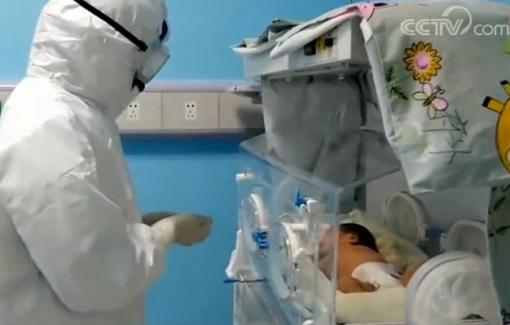 Bé gái 17 ngày tuổi tự hết bệnh COVID-19 sau khi bị lây nhiễm từ mẹ lúc vừa sinh