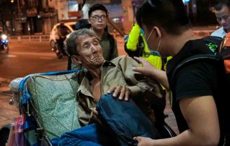 Bạn trẻ đi bộ xuyên đêm tặng khẩu trang, nước rửa tay, túi ngủ cho người vô gia cư