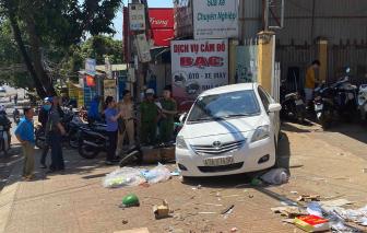 Xe ô tô trôi tự do và tông xe máy khiến 1 người phụ nữ tử vong