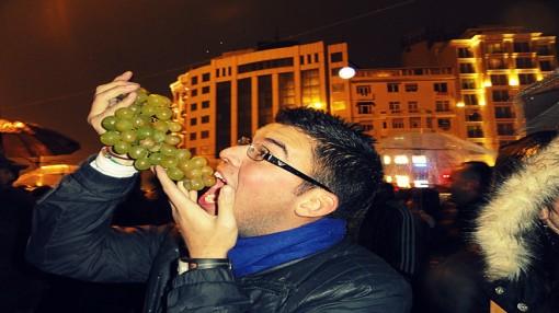 Người dân nước nào vội vàng ăn 12 quả nho may mắn lúc giao thừa?